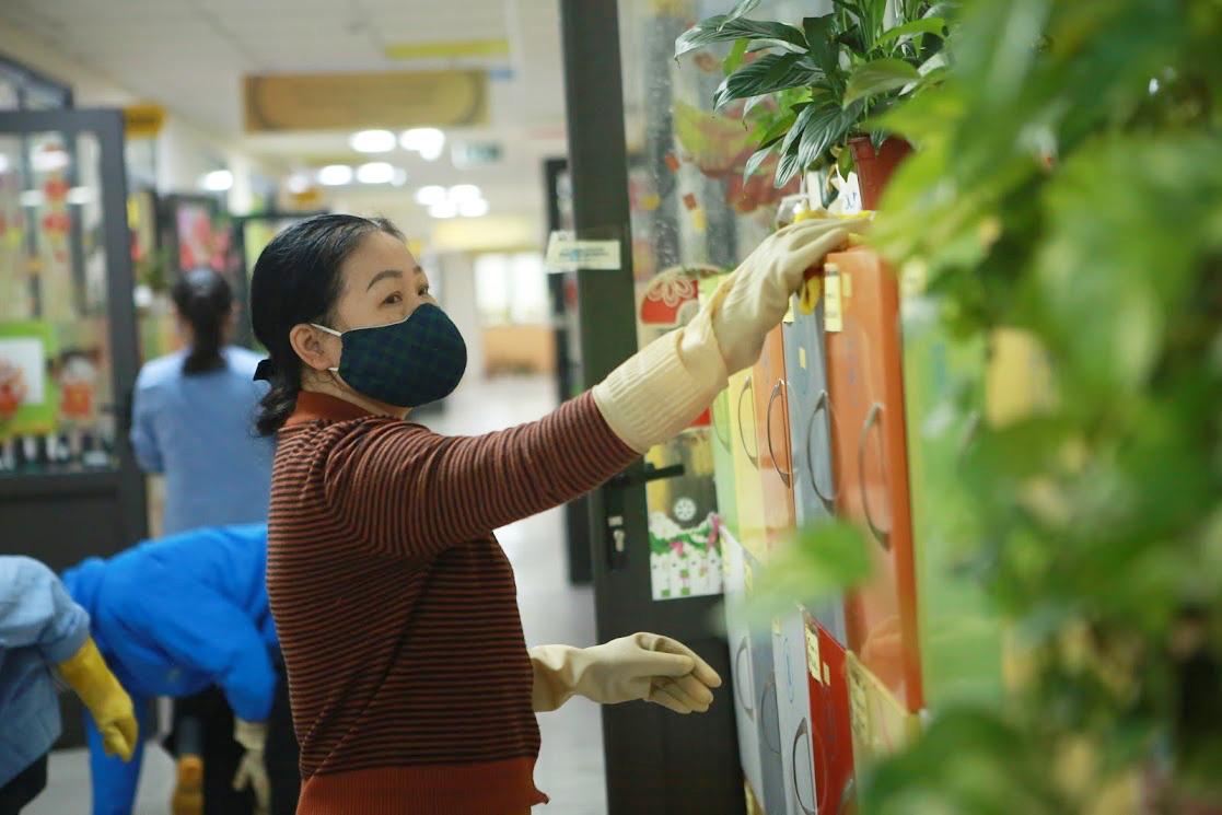Trường học Hà Nội thần tốc tổng vệ sinh, phun khử trùng trước ngày đón 2 triệu học sinh - Ảnh 4.