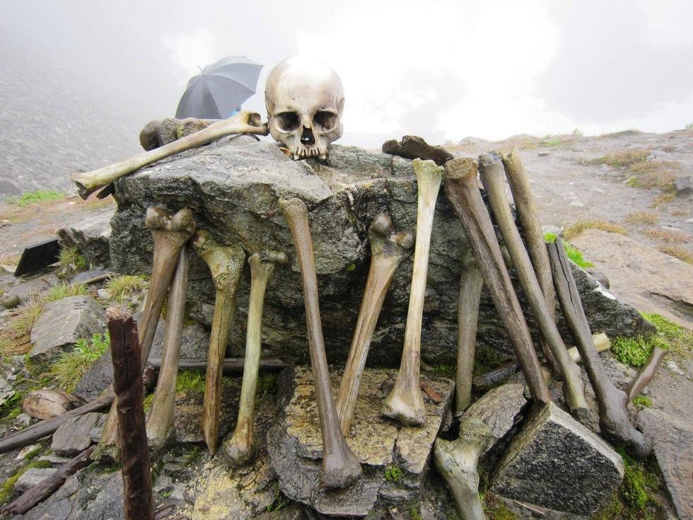 Bí ẩn khó hiểu về hồ xương người chứa hàng trăm hài cốt ở độ cao hơn 5.000m - Ảnh 4.