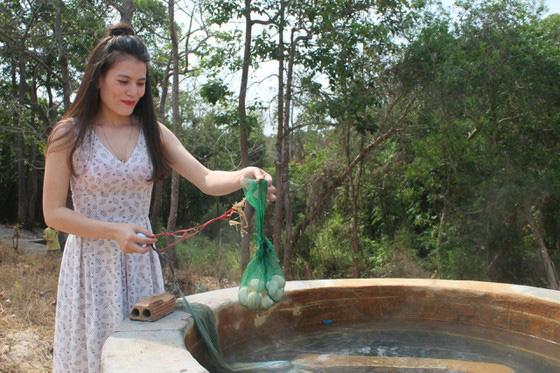 Bình Thuận: Dân ầm ầm đến xem dòng suối kỳ lạ khói bốc nghi ngút, nước sôi sủi bọt có thể luộc chín trứng - Ảnh 5.