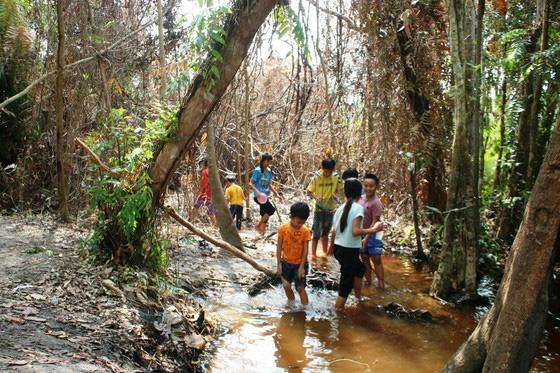 Bình Thuận: Dân ầm ầm đến xem dòng suối kỳ lạ khói bốc nghi ngút, nước sôi sủi bọt có thể luộc chín trứng - Ảnh 9.