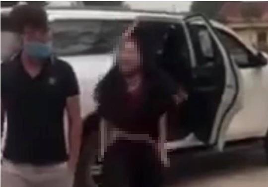 Người phụ nữ đi xe ôtô bất ngờ cởi đồ, chửi bới trước cổng đền Cuông - Ảnh 1.