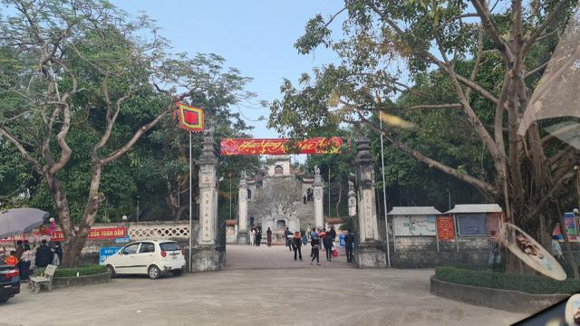 Người phụ nữ đi xe ôtô bất ngờ cởi đồ, chửi bới trước cổng đền Cuông - Ảnh 3.