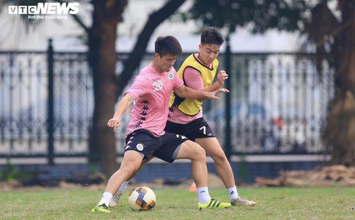 Duy Mạnh nỗ lực tập luyện để sớm tìm lại phong độ tốt nhất của mình sau quãng thời gian dài nghỉ thi đấu vì chấn thương.