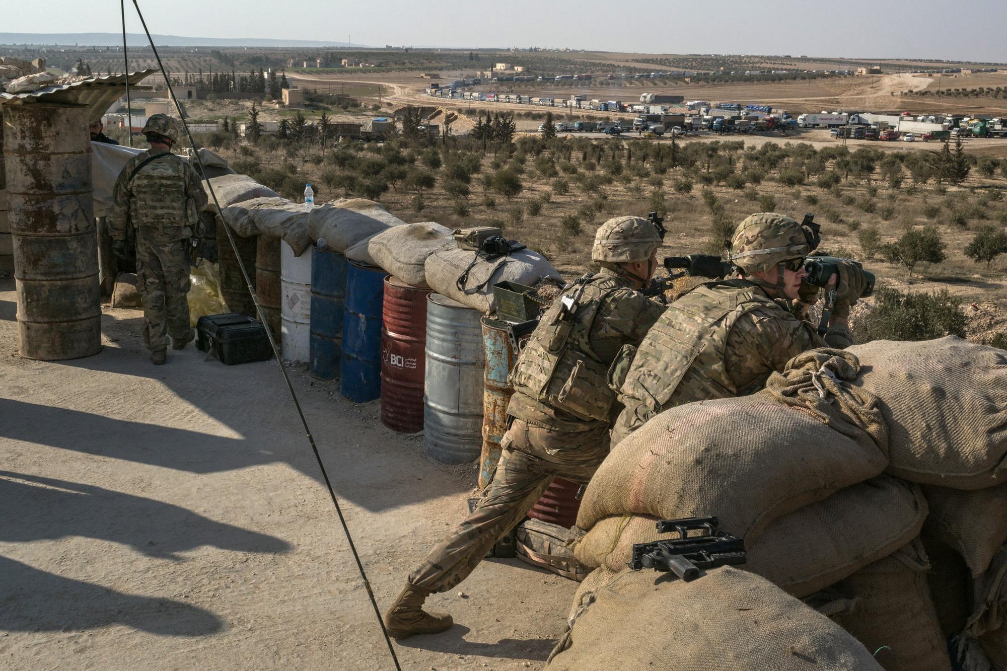 Mỹ lén đưa 10 tay súng IS khỏi căn cứ bất hợp pháp ở Syria - Ảnh 1.