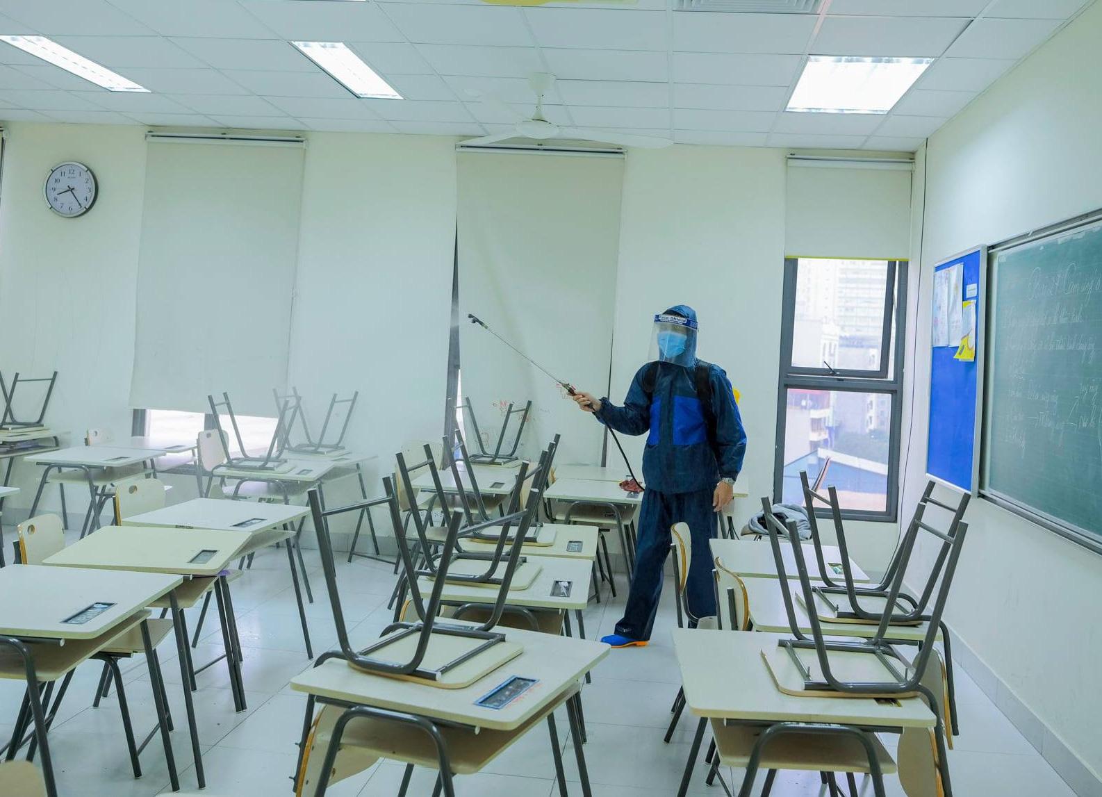 Trường học Hà Nội thần tốc tổng vệ sinh, phun khử trùng trước ngày đón 2 triệu học sinh - Ảnh 5.