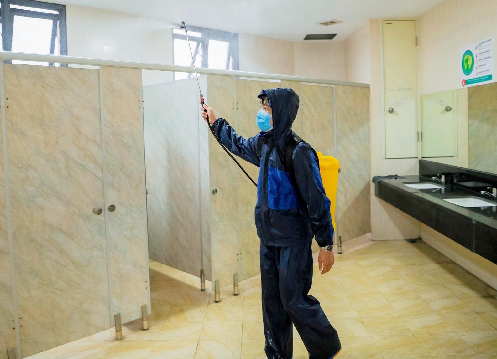 Trường học Hà Nội thần tốc tổng vệ sinh, phun khử trùng trước ngày đón 2 triệu học sinh - Ảnh 8.
