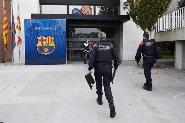 """""""Hãm hại"""" Messi, cựu Chủ tịch Barcelona bị bắt giữ - Ảnh 1."""