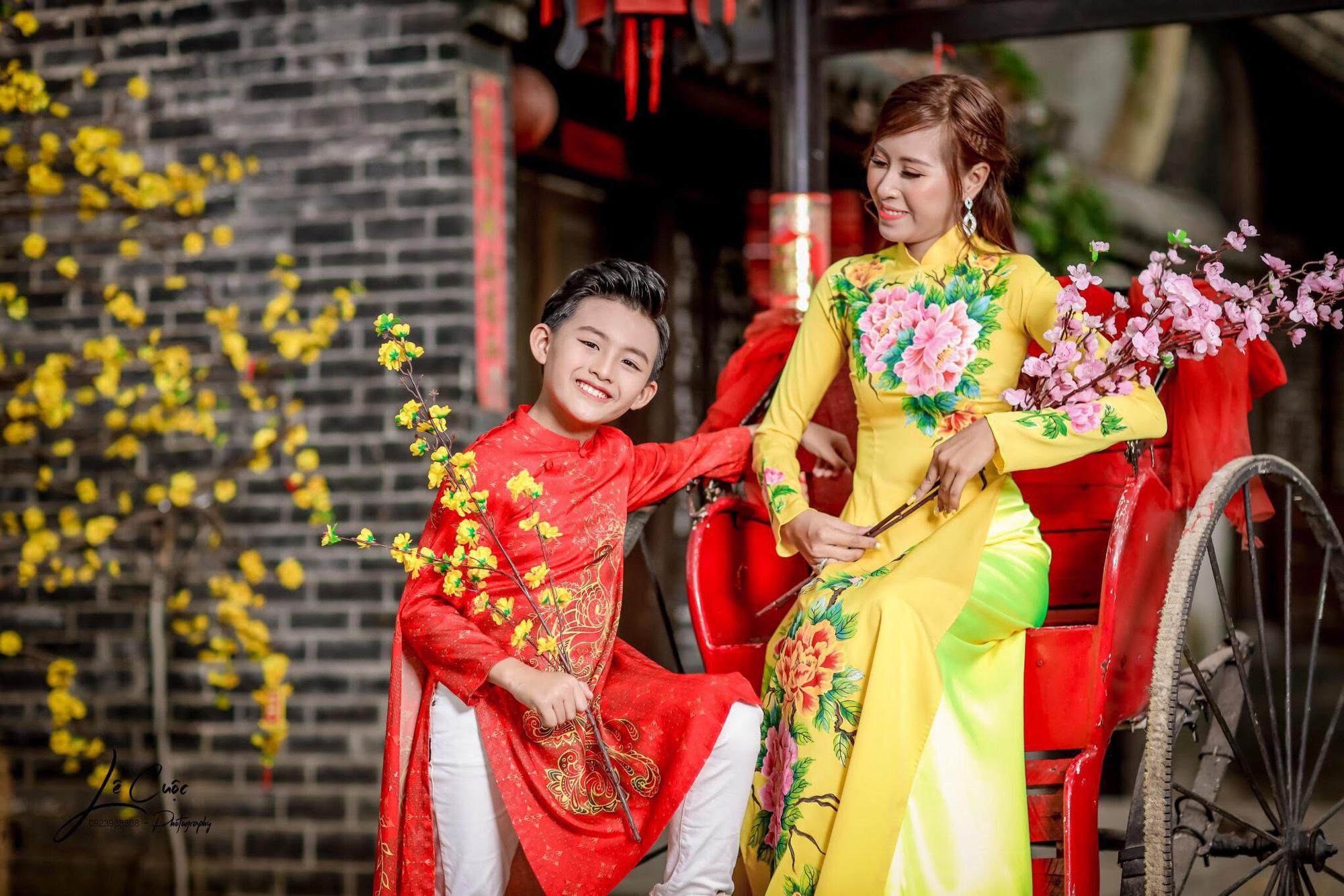"""Hai mẹ con """"Hoàng tử thời trang"""" Quốc Vũ gây sốt trong loạt ảnh mới - Ảnh 2."""
