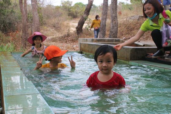 Bình Thuận: Dân ầm ầm đến xem dòng suối kỳ lạ khói bốc nghi ngút, nước sôi sủi bọt có thể luộc chín trứng - Ảnh 12.