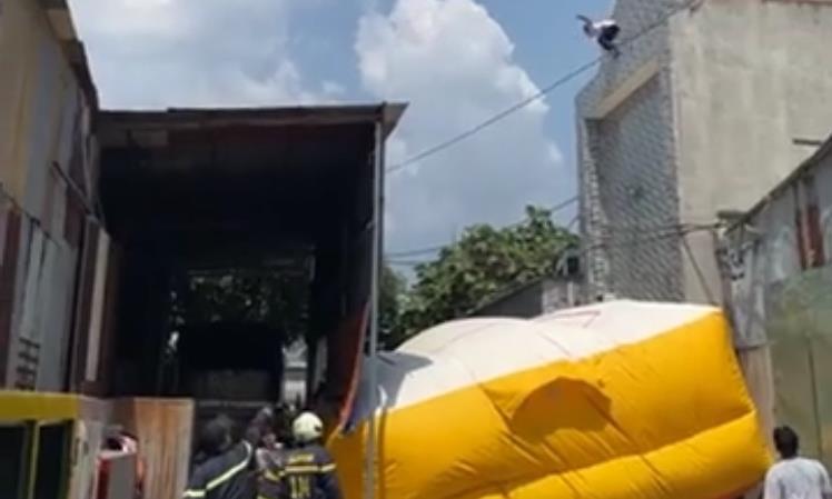 Clip: Thanh niên nghi ngáo đá làm xiếc trên mái nhà rồi nhảy xuống bất tỉnh - Ảnh 2.