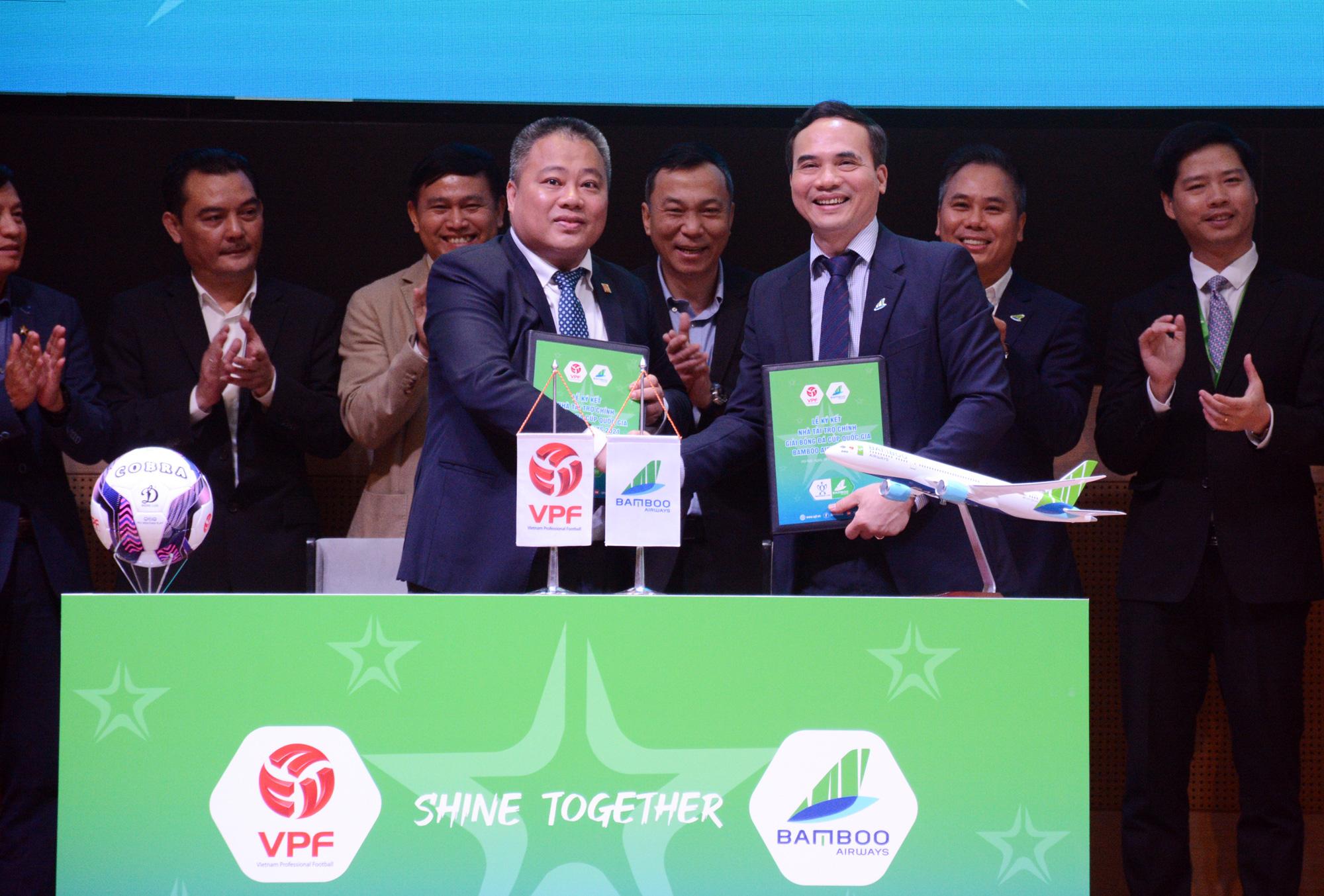 Ông Nguyễn Minh Ngọc - Tổng Giám đốc VPF ký kết với nhà tài trợ Cúp QG Bamboo Airways 2021. Ảnh: Thu Hà
