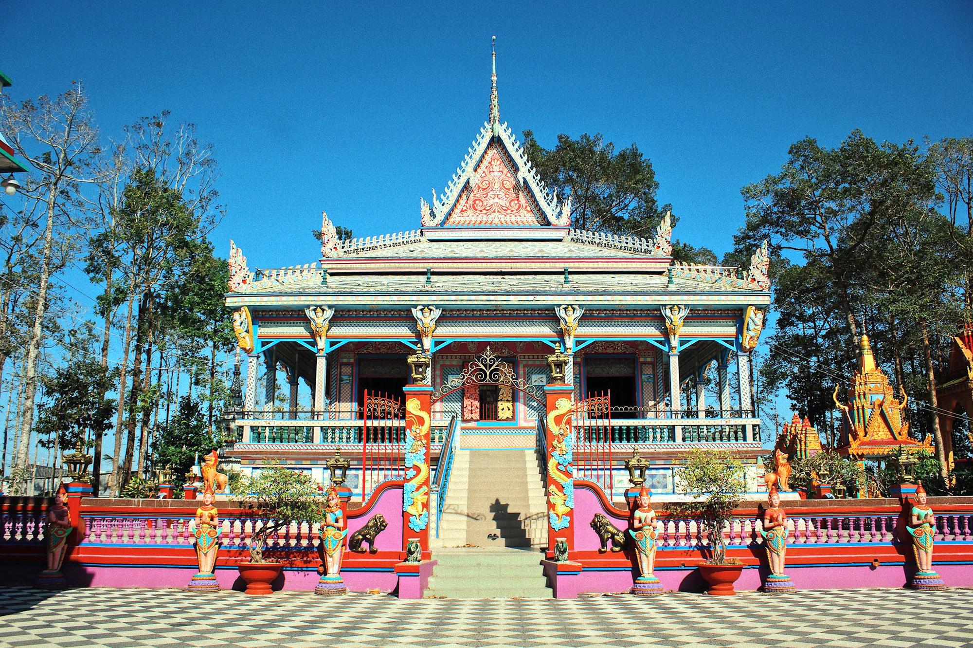 Ngôi chùa Chén Kiểu với màu sắc sặc sỡ, đẹp mắt. Ảnh: Báo Dân tộc