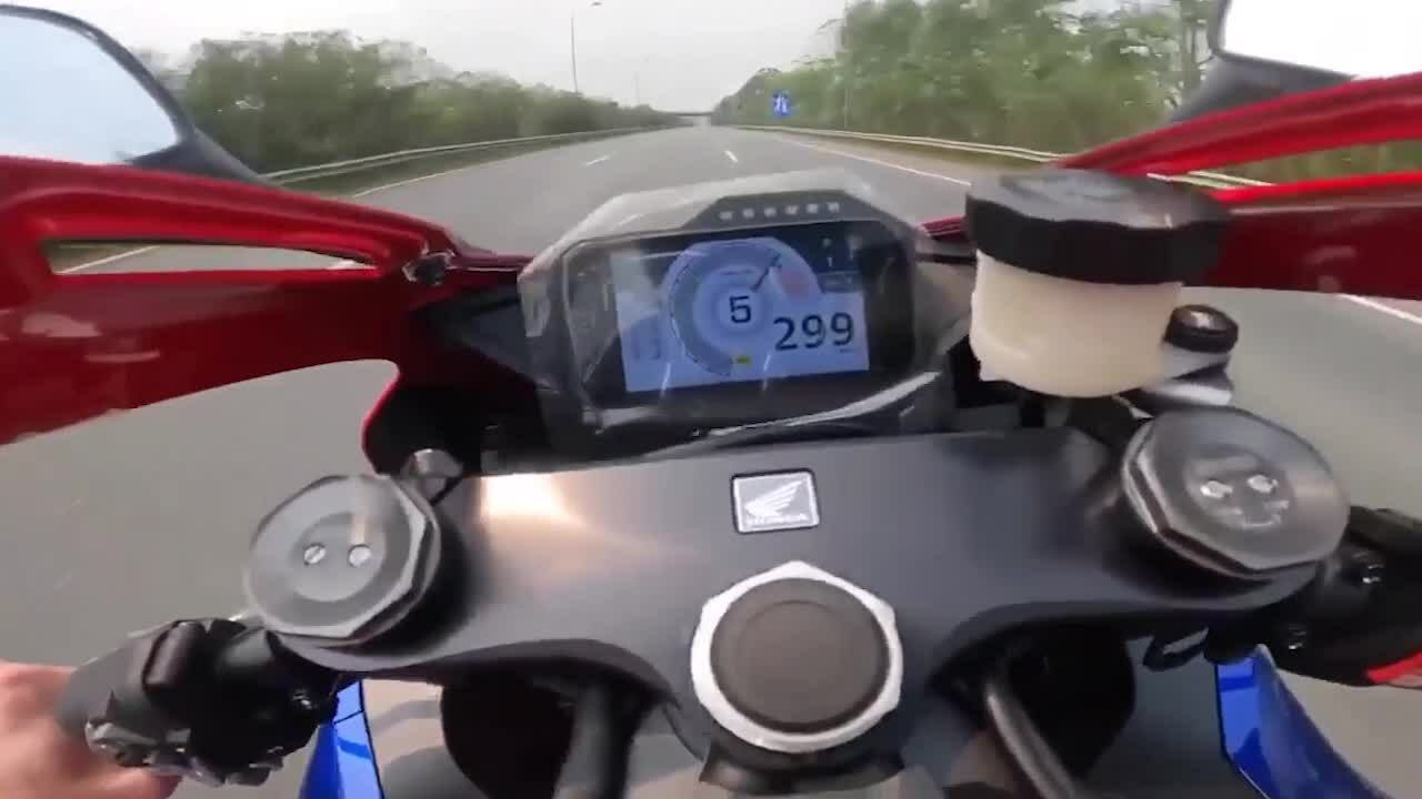 Mô tô chạy 299km/h trên đại lộ Thăng Long giá ngang xe Camry - Ảnh 1.