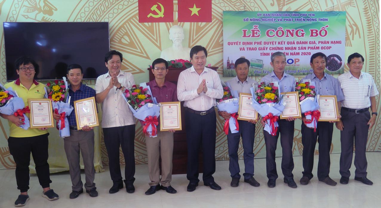 Chủ tịch UBND tỉnh Phú Yên trao chứng nhận 9 sản phẩm OCOP chuẩn 3 sao - Ảnh 1.