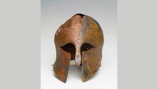 """Mũ cổ 2.500 năm tuổi được khai quật ở Israel hé lộ kỹ thuật chế tác vũ khí quân sự """"đỉnh cao"""" cho tương lai - Ảnh 1."""