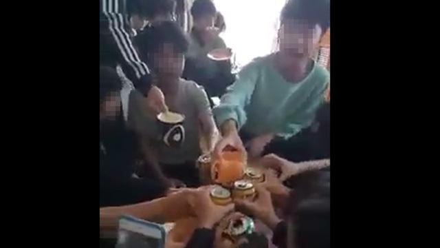 """Cô giáo """"cổ vũ"""" học sinh uống bia từ chối nhận quyết định xử phạt 7,5 triệu đồng - Ảnh 1."""
