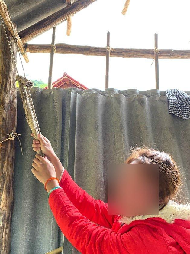 """Ác mộng mới ở Chăm Puông (Bài 1): Nhà báo vào bản đúng giờ nạn nhân quằn quại """"vượt cạn"""" trong túp lều! - Ảnh 8."""