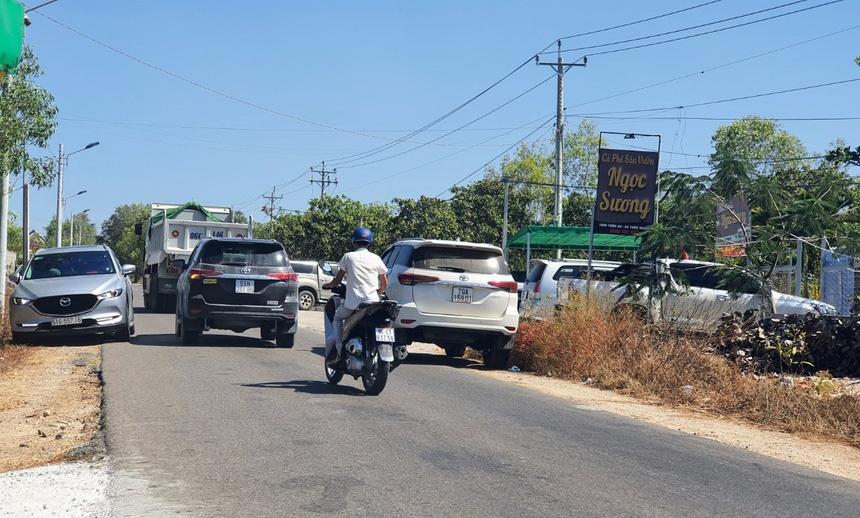 'Cò đất' nườm nượp đổ về sân bay Phan Thiết - Ảnh 1.