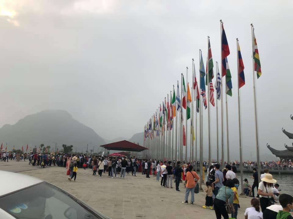 Chùa Tam Chúc 'thất thủ', gần trăm nghìn người đổ về tham quan, du lịch - Ảnh 2.