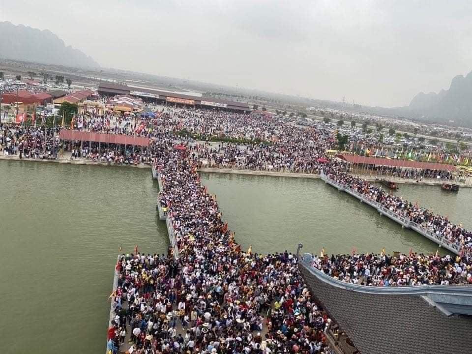 Chùa Tam Chúc 'thất thủ', gần trăm nghìn người đổ về tham quan, du lịch - Ảnh 3.