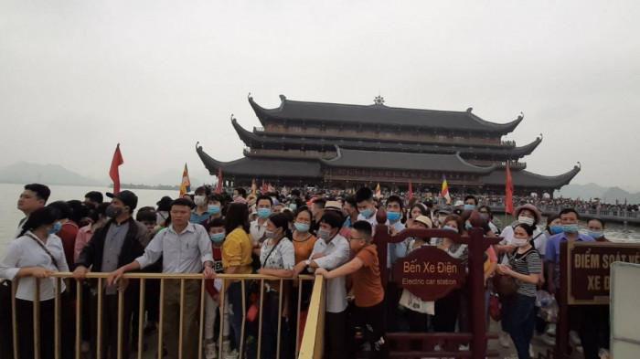 Chùa Tam Chúc 'thất thủ', gần trăm nghìn người đổ về tham quan, du lịch - Ảnh 5.