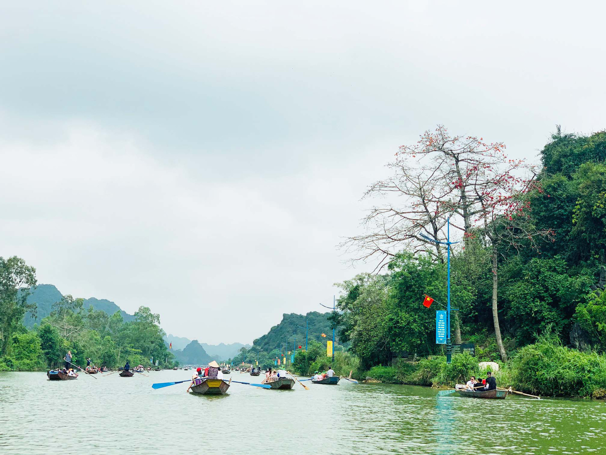 Chùa Hương: Hoa gạo nở bung sắc đỏ dọc suối Yến khiến du khách ngẩn ngơ - Ảnh 10.