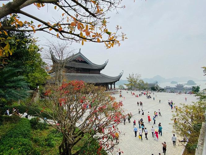 Chùa Tam Chúc 'thất thủ', gần trăm nghìn người đổ về tham quan, du lịch - Ảnh 7.