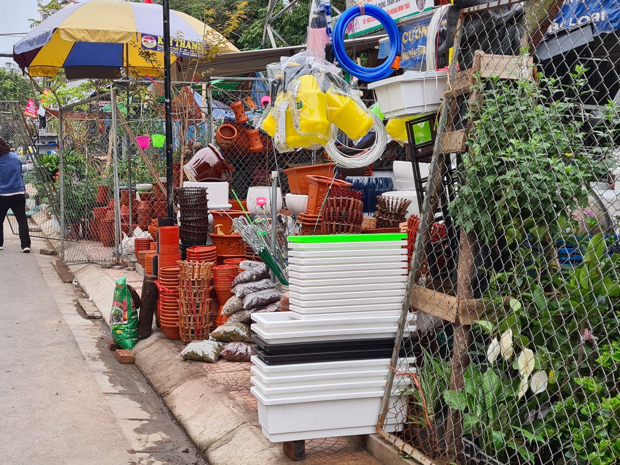 Vỉa hè bị quây bằng rào sắt để bán hàng ở Hải Phòng: Sẽ kiên quyết xử lý để giải tỏa - Ảnh 1.