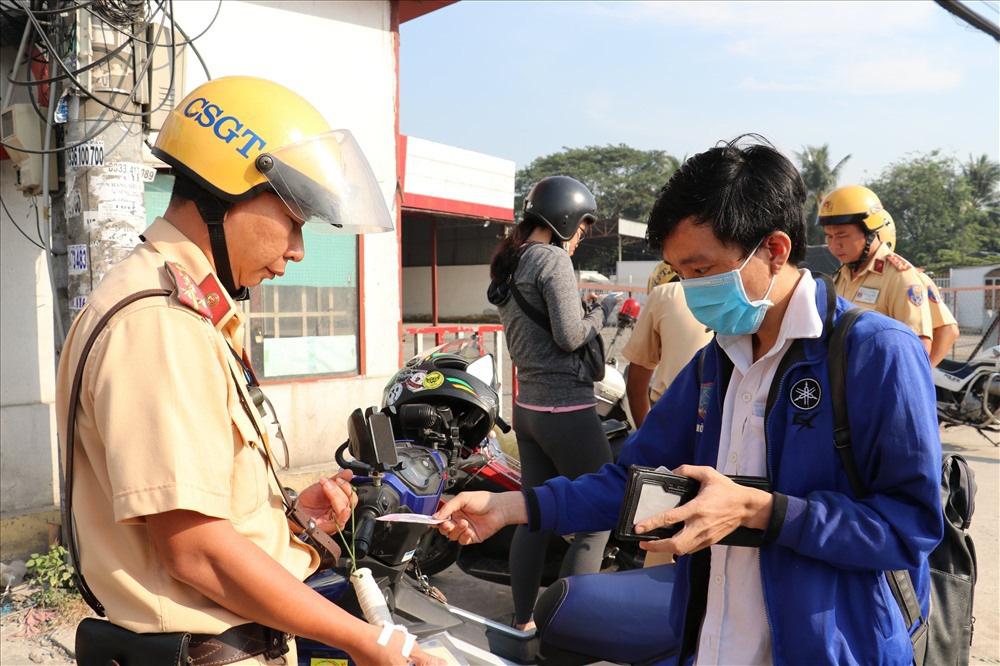 Mức tiền phạt tối đa cảnh sát giao thông được thu tại chỗ - Ảnh 1.