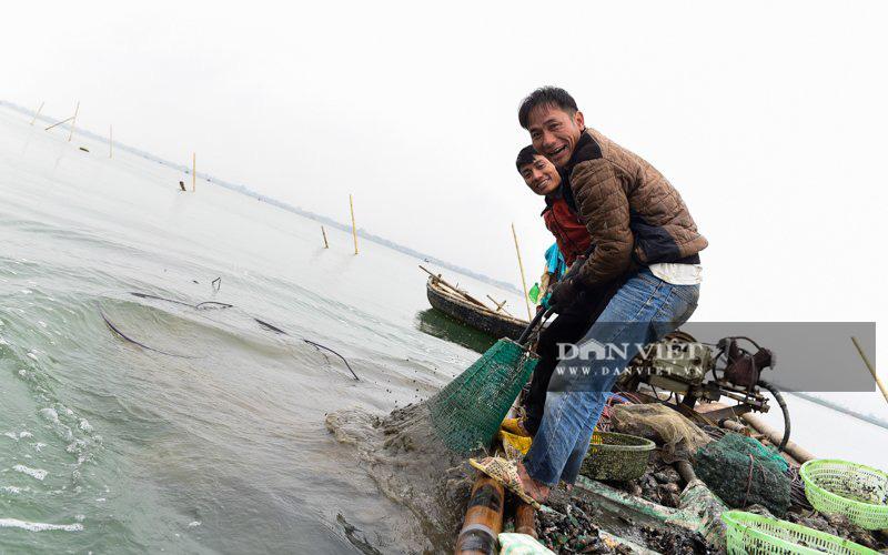 Kiếm tiền triệu mỗi ngày dưới đáy sông Yên - Ảnh 9.