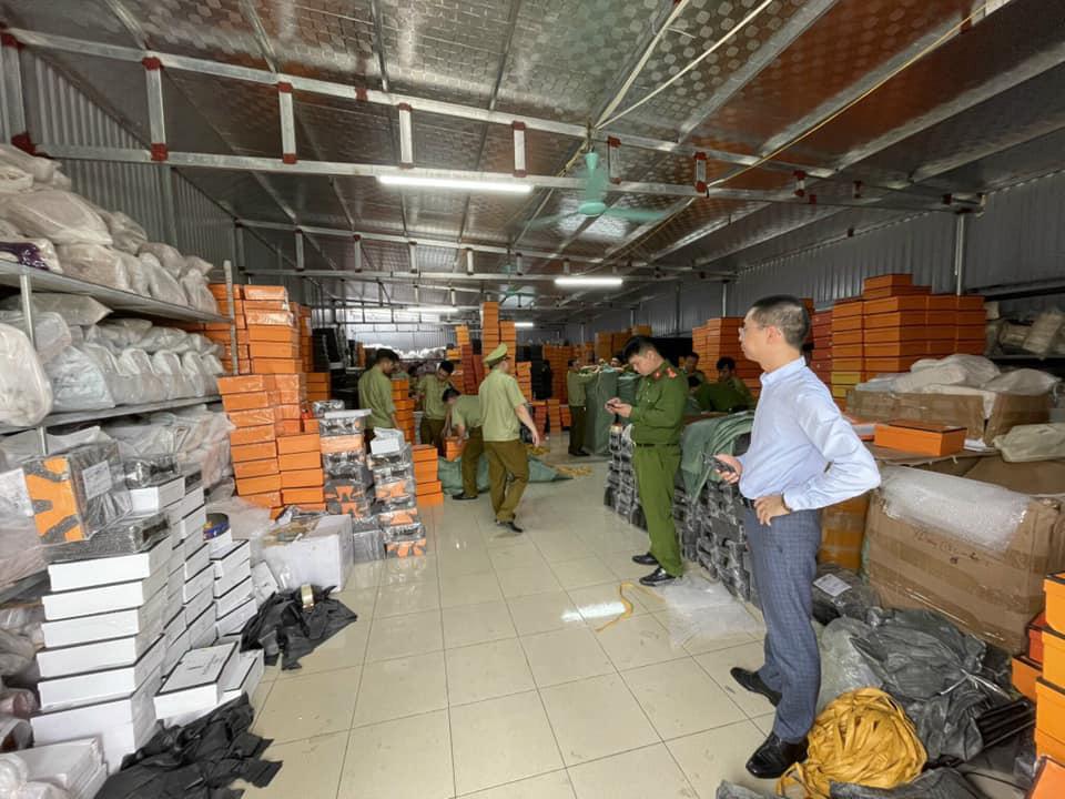 Nam Định: Triệt phá kho hàng giả nhãn hiệu Hermès lớn nhất miền Bắc - Ảnh 1.