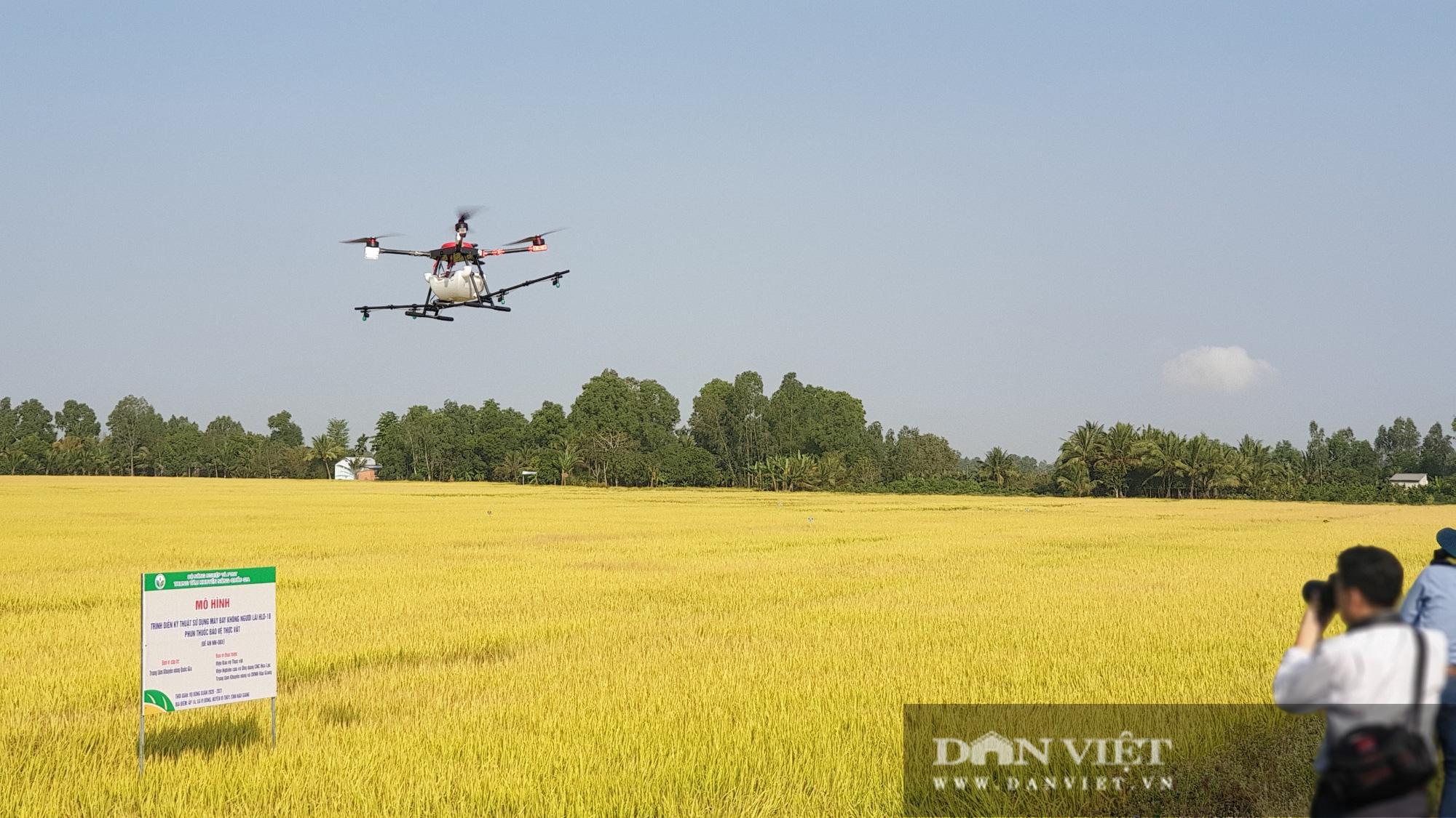 Hậu Giang: Trình diễn sử dụng máy bay không người lái HLD-18 phun thuốc bảo vệ thực vật trên lúa - Ảnh 3.
