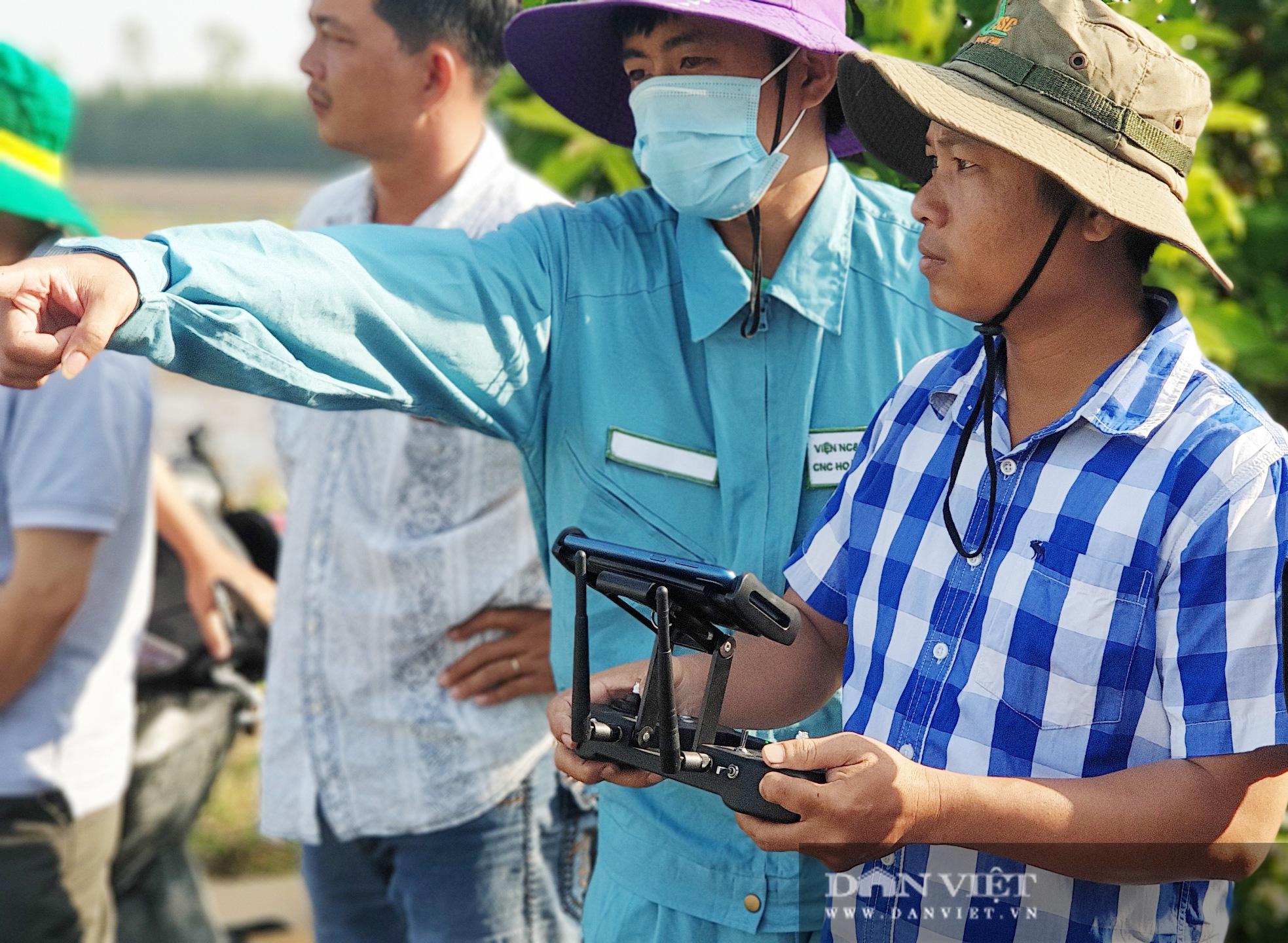 Hậu Giang: Trình diễn sử dụng máy bay không người lái HLD-18 phun thuốc bảo vệ thực vật trên lúa - Ảnh 4.