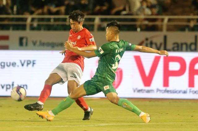 Các cầu thủ Sài Gòn FC đã phải nhiều lần phạm lỗi để hạn chế khả năng kỹ thuật của Lee Nguyễn.