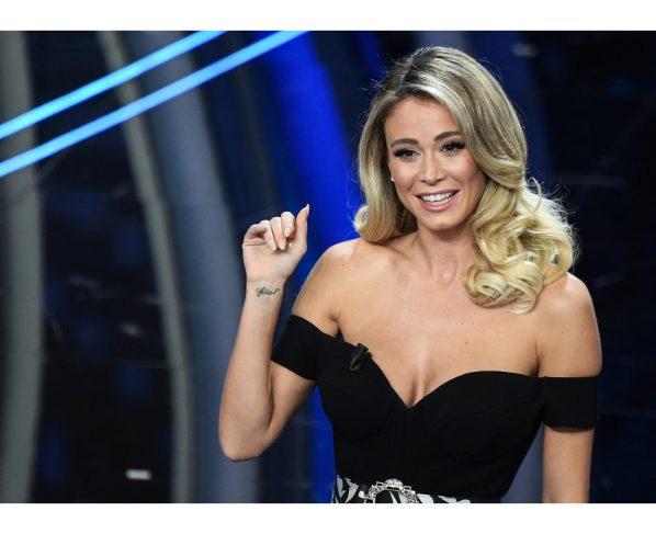 Sao Juve nhìn hau háu, không chớp mắt trước vòng 3 của nữ MC xinh đẹp - Ảnh 2.