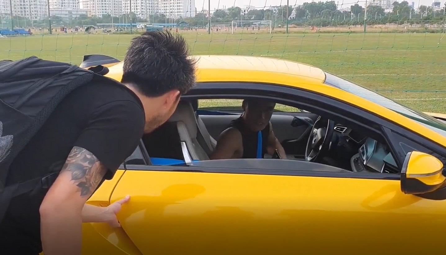"""Lái siêu xe đến sân tập, Bùi Tiến Dũng nhận """"mưa gạch đá"""" - Ảnh 2."""