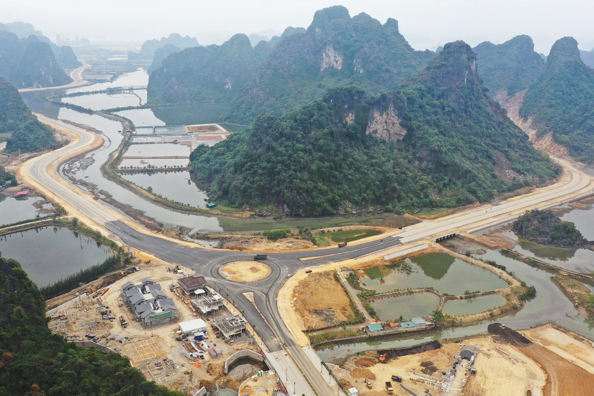 Chuẩn bị khoan đường hầm xuyên núi đá dự án đường bao biển Hạ Long - Cẩm Phả - Ảnh 1.