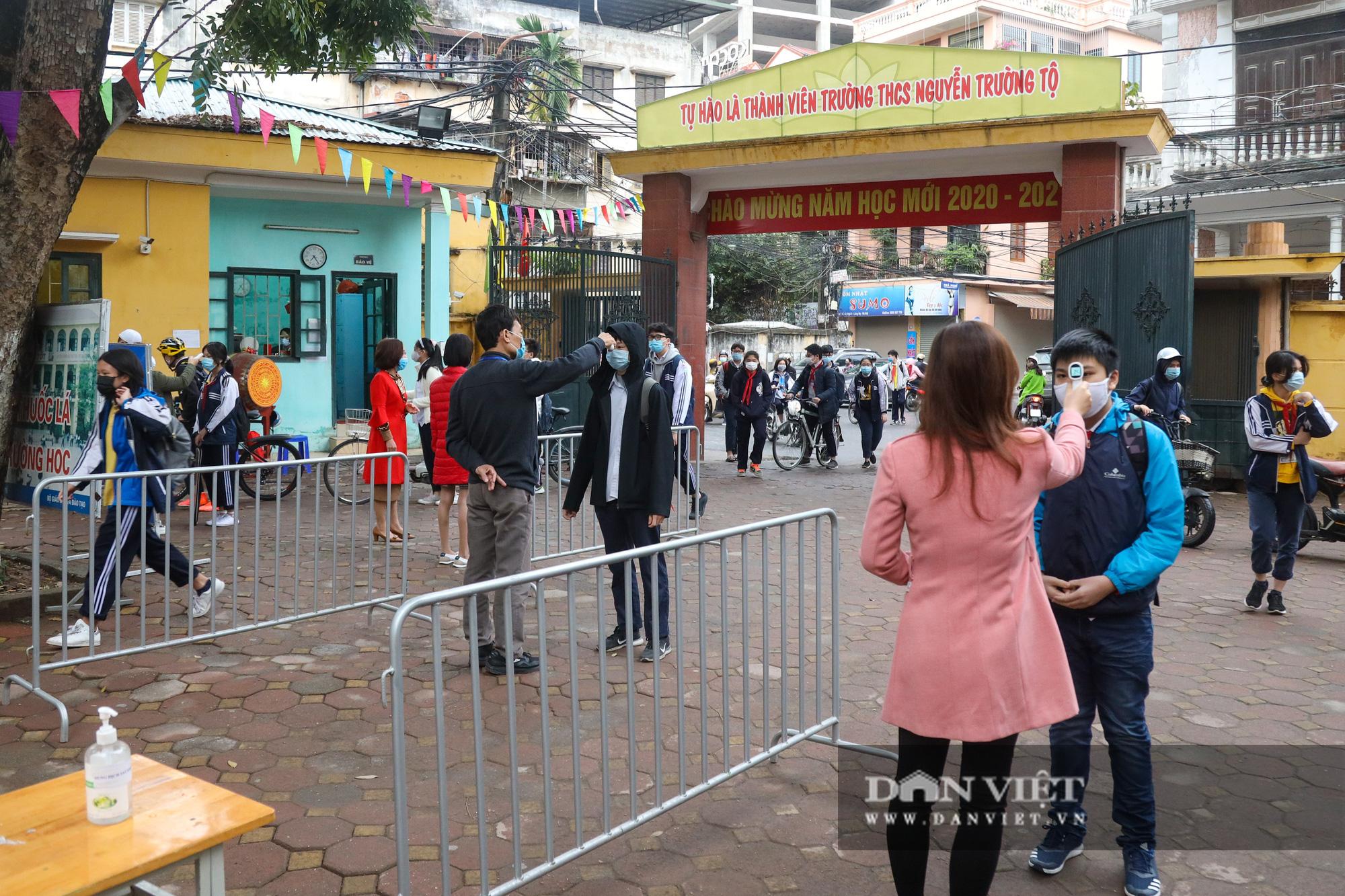 Đi học trở lại sau 30 ngày nghỉ Tết, học sinh Hà Nội được nhận lì xì - Ảnh 1.