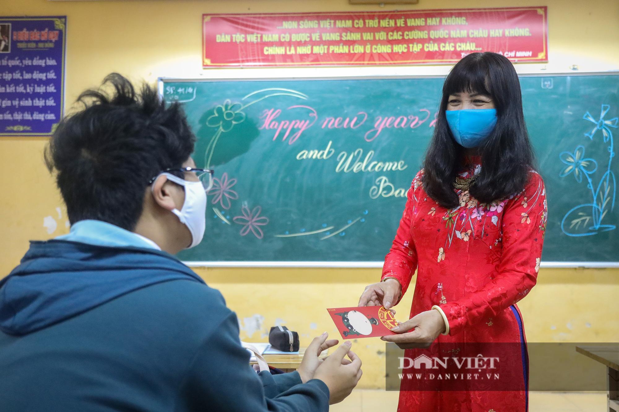 Đi học trở lại sau 30 ngày nghỉ Tết, học sinh Hà Nội được nhận lì xì - Ảnh 10.