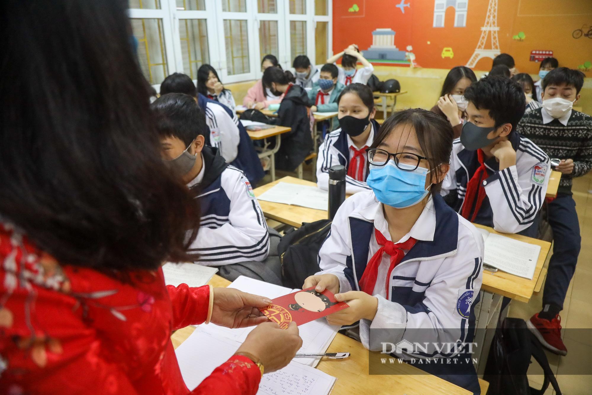 Đi học trở lại sau 30 ngày nghỉ Tết, học sinh Hà Nội được nhận lì xì - Ảnh 11.