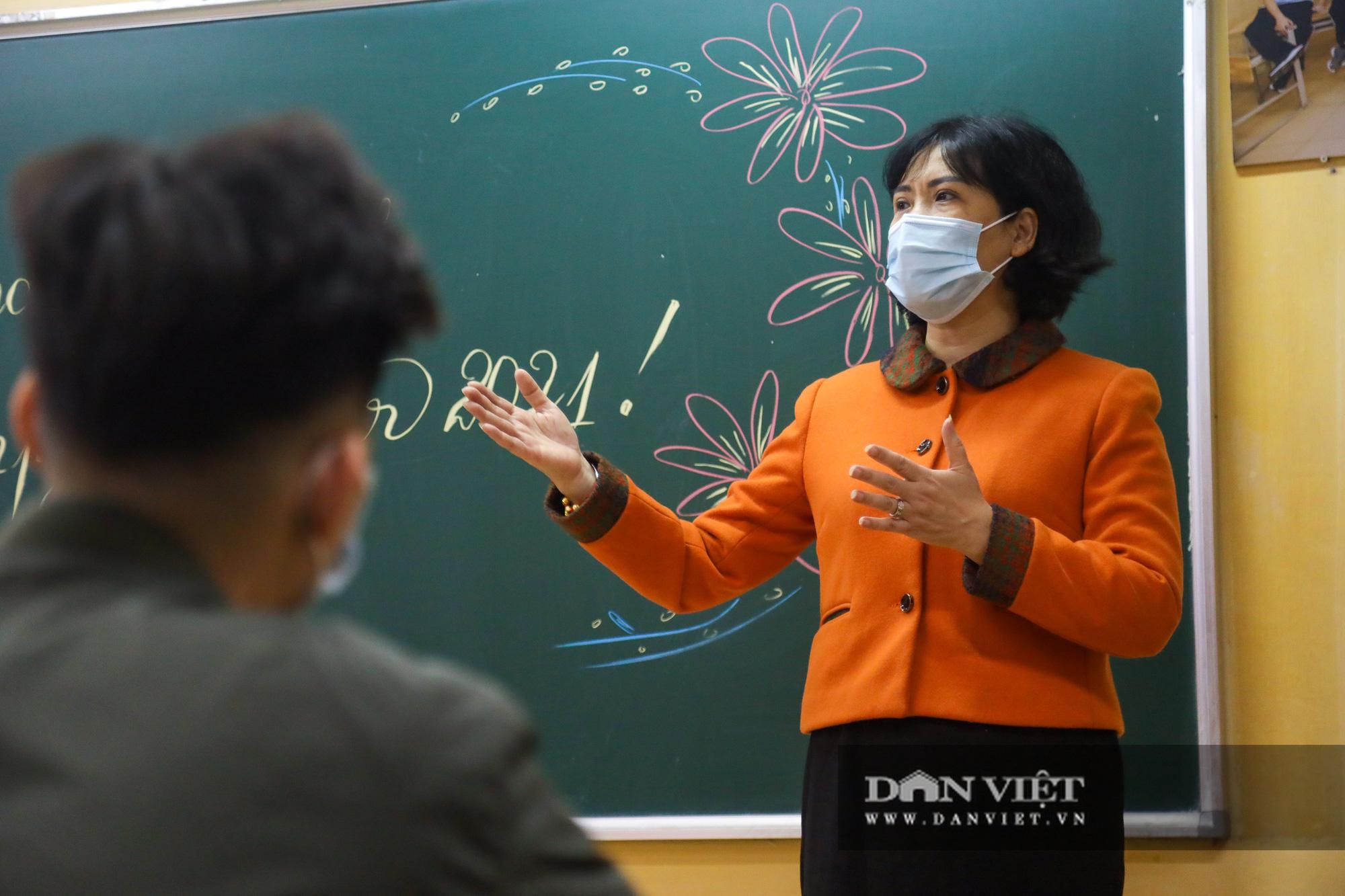 Đi học trở lại sau 30 ngày nghỉ Tết, học sinh Hà Nội được nhận lì xì - Ảnh 12.