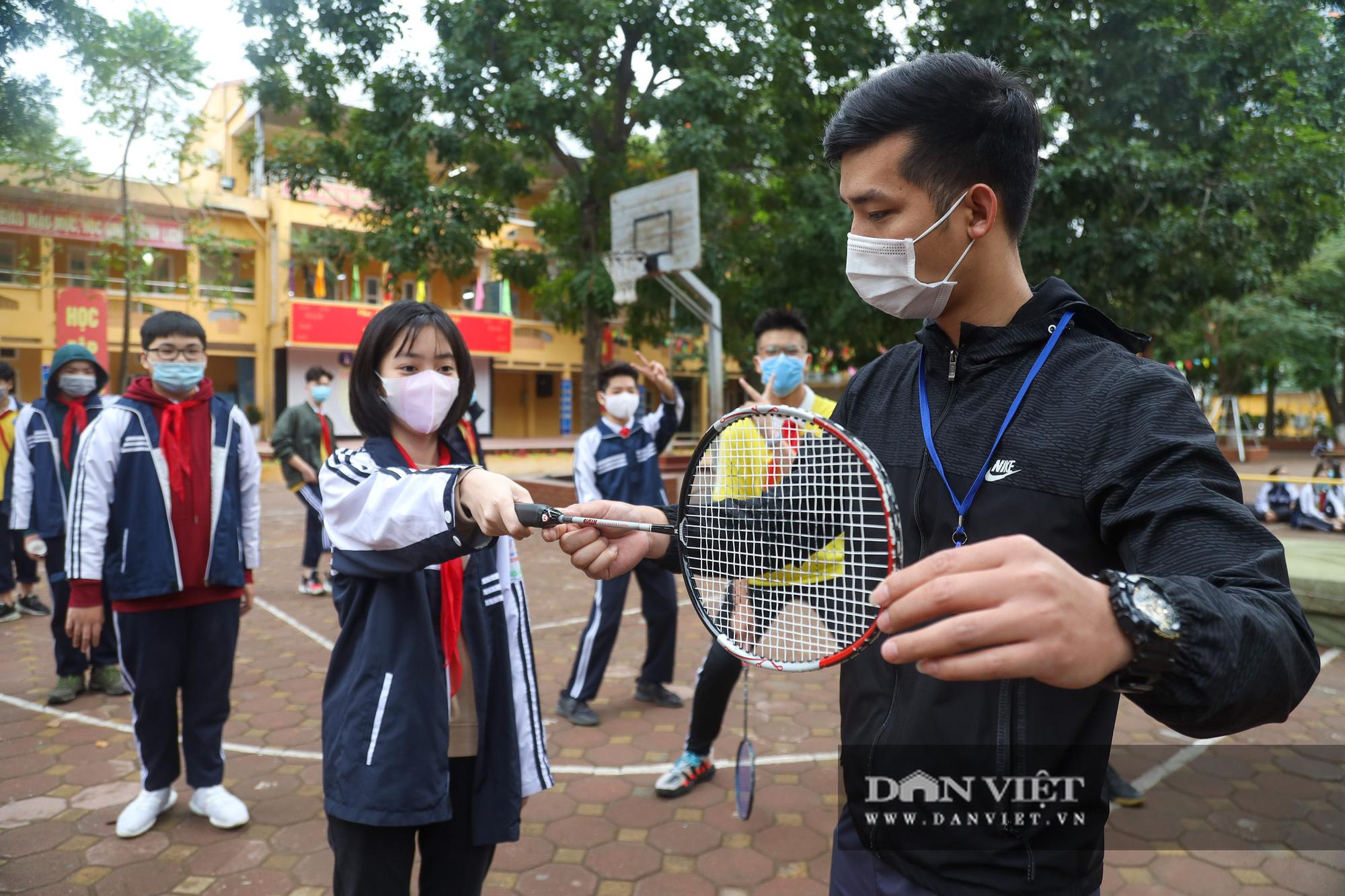 Đi học trở lại sau 30 ngày nghỉ Tết, học sinh Hà Nội được nhận lì xì - Ảnh 13.