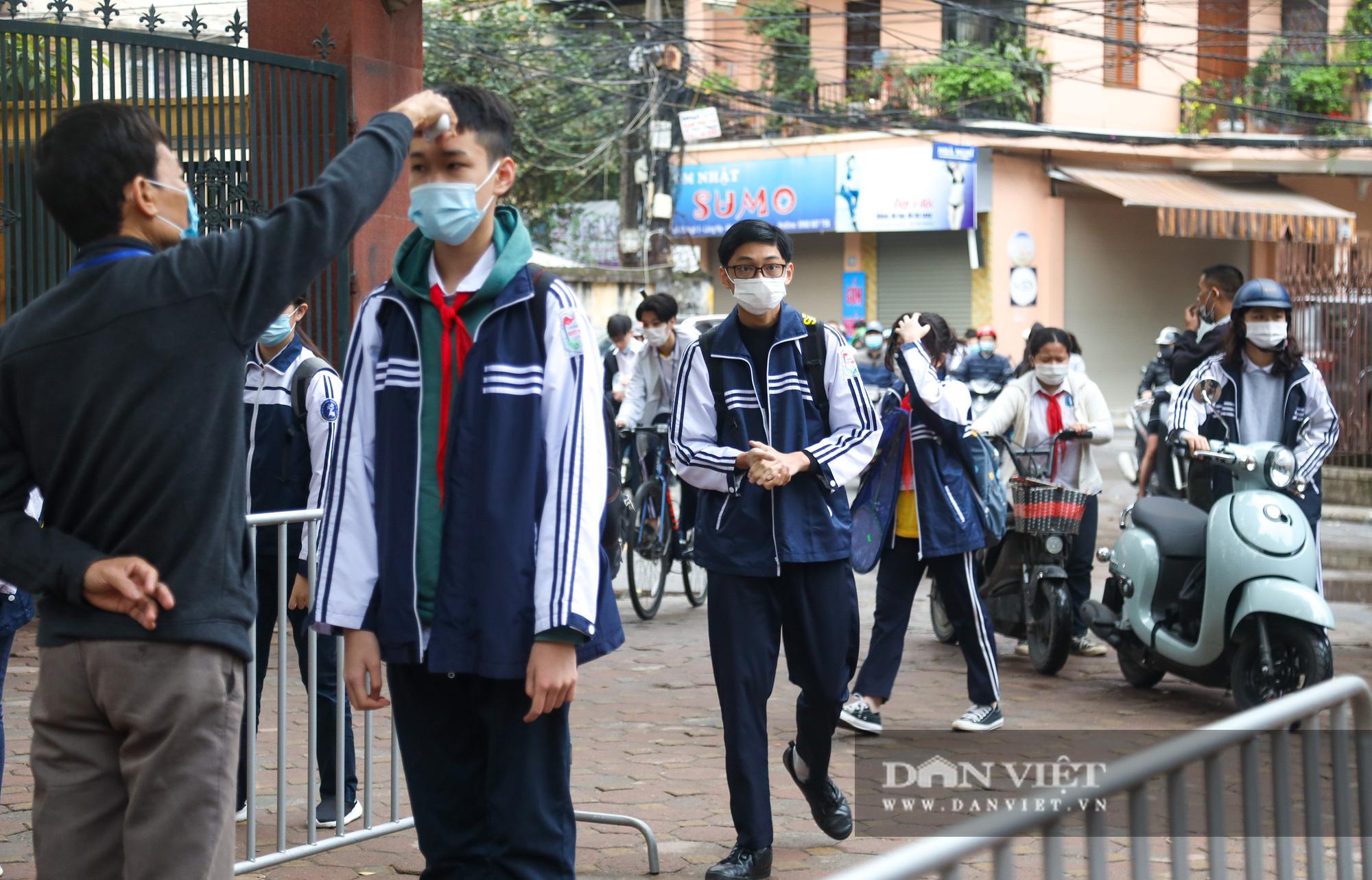 Đi học trở lại sau 30 ngày nghỉ Tết, học sinh Hà Nội được nhận lì xì - Ảnh 2.
