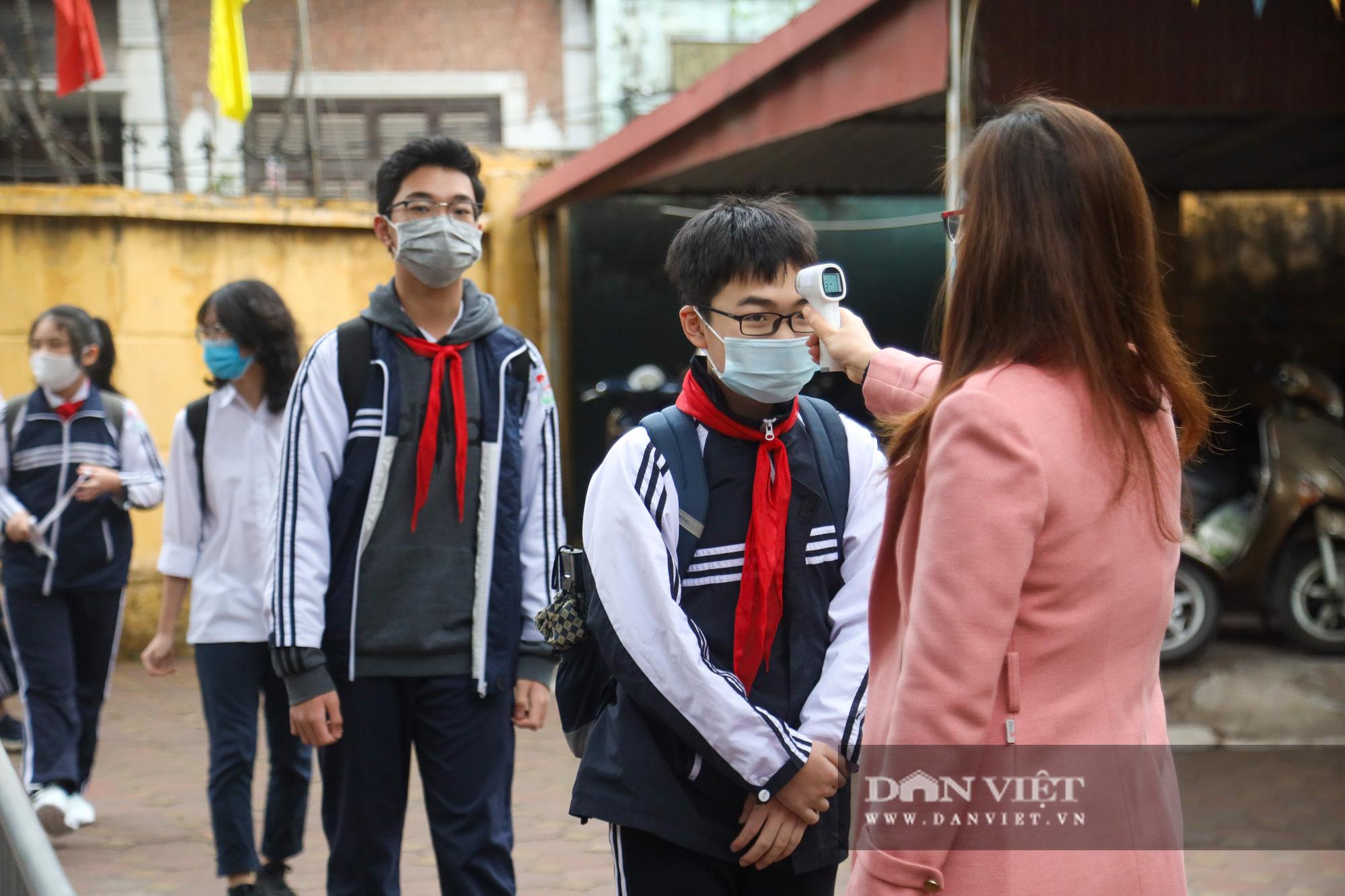Đi học trở lại sau 30 ngày nghỉ Tết, học sinh Hà Nội được nhận lì xì - Ảnh 3.