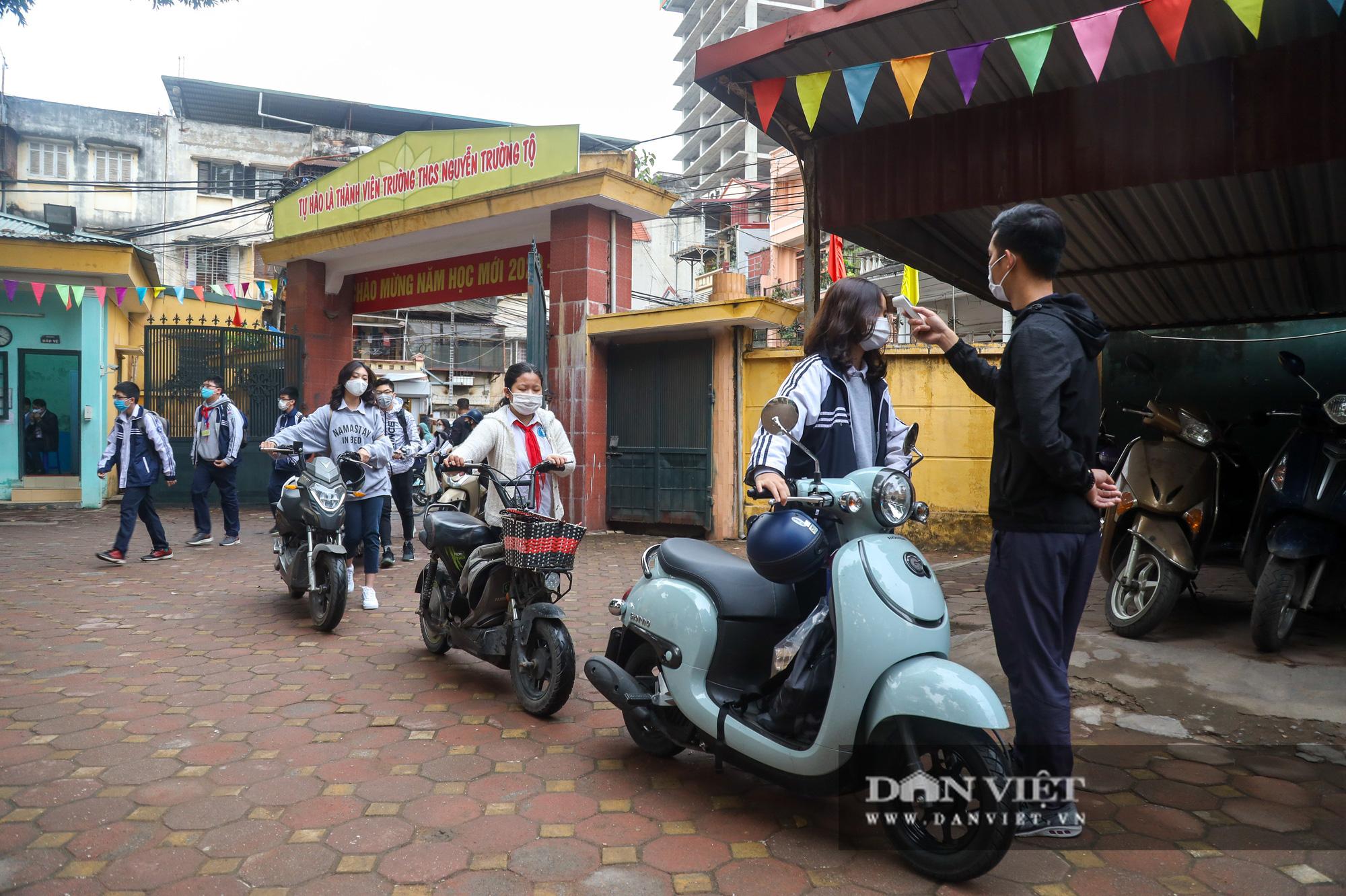 Đi học trở lại sau 30 ngày nghỉ Tết, học sinh Hà Nội được nhận lì xì - Ảnh 4.