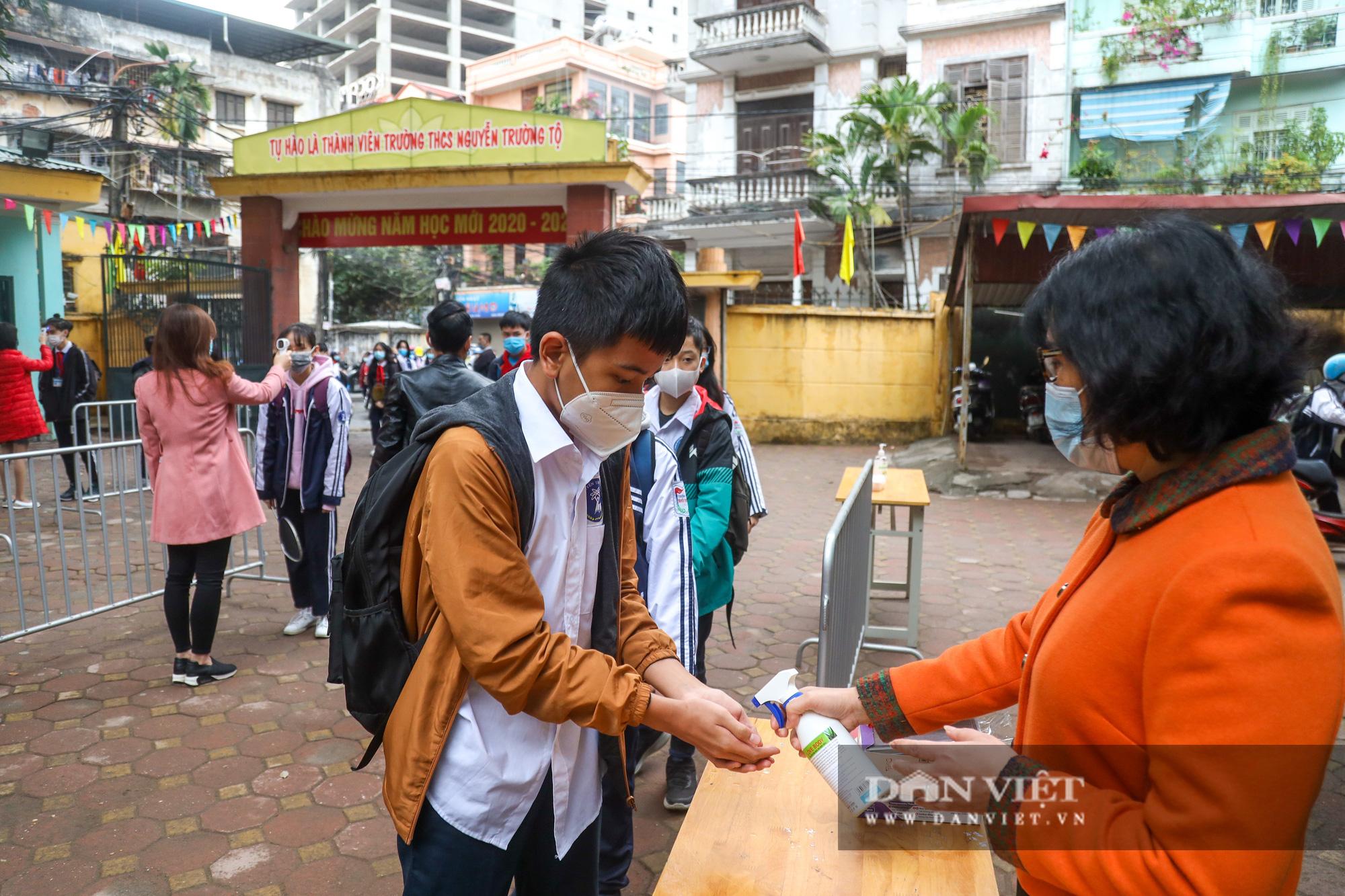 Đi học trở lại sau 30 ngày nghỉ Tết, học sinh Hà Nội được nhận lì xì - Ảnh 5.