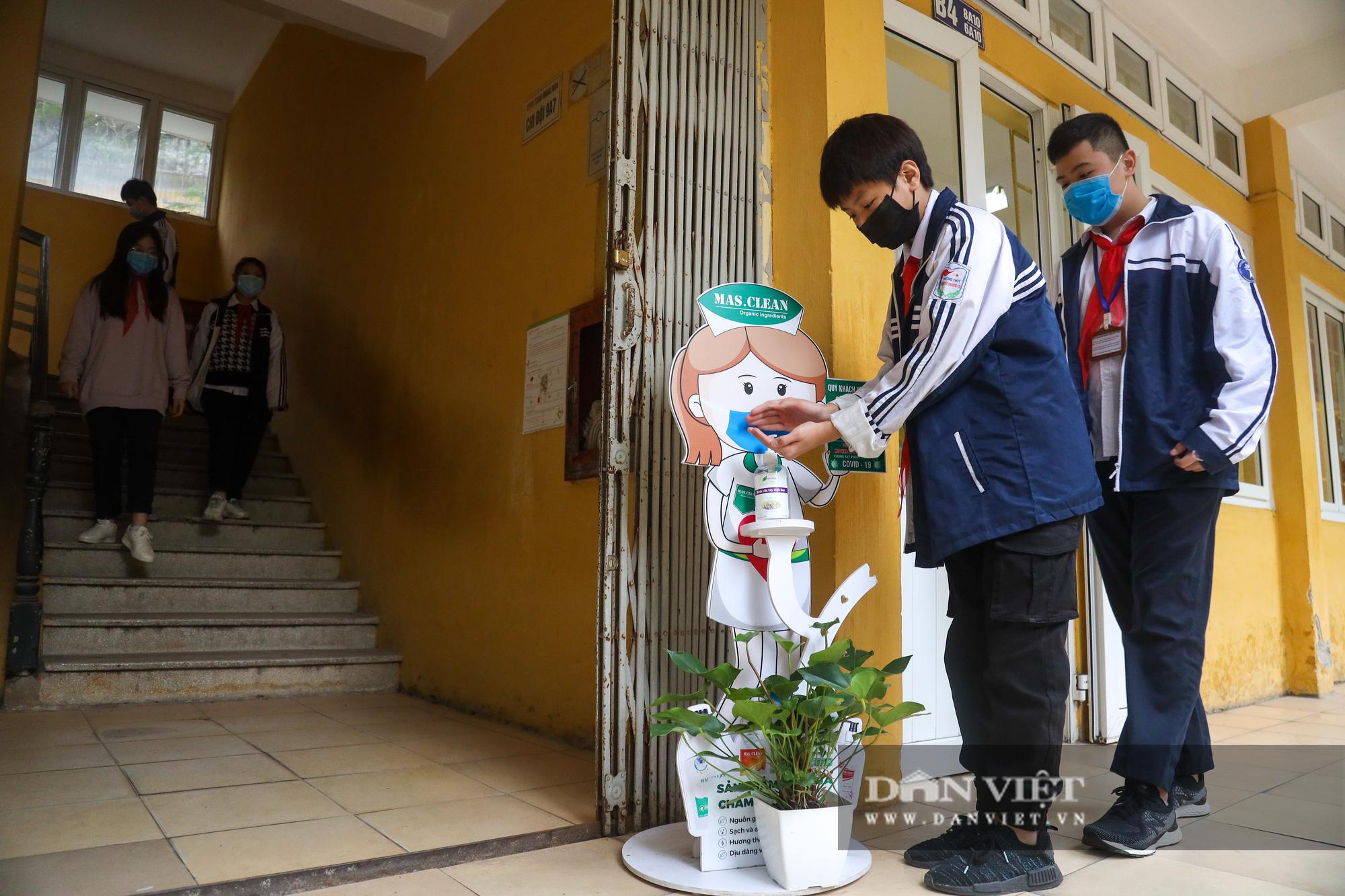 Đi học trở lại sau 30 ngày nghỉ Tết, học sinh Hà Nội được nhận lì xì - Ảnh 6.