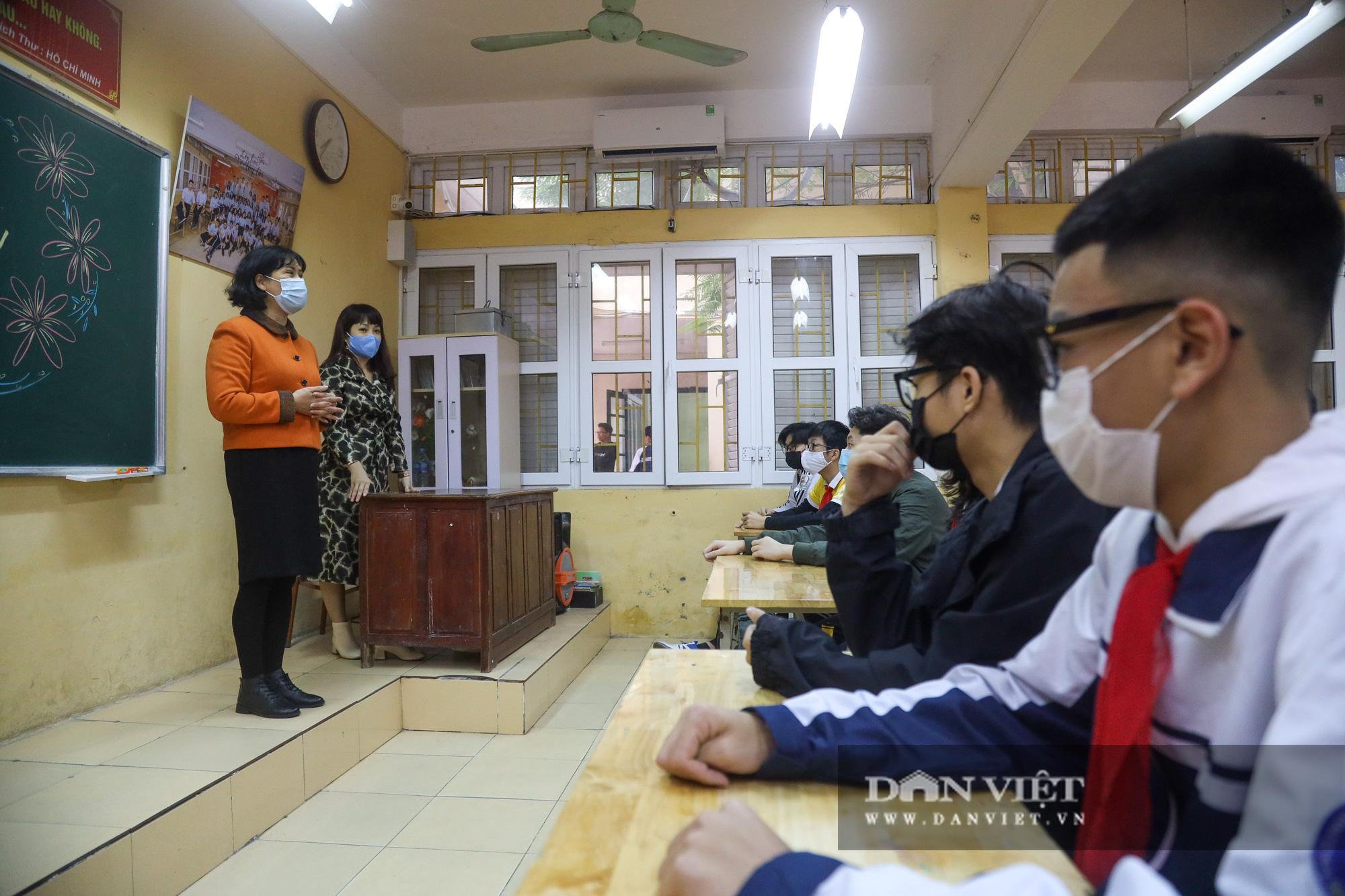 Đi học trở lại sau 30 ngày nghỉ Tết, học sinh Hà Nội được nhận lì xì - Ảnh 7.