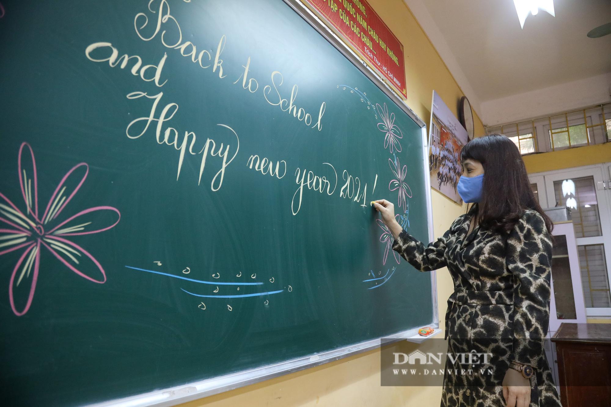 Đi học trở lại sau 30 ngày nghỉ Tết, học sinh Hà Nội được nhận lì xì - Ảnh 8.