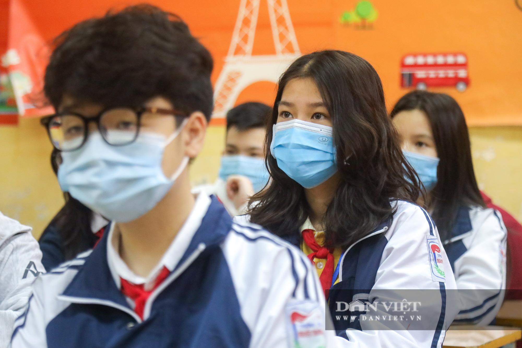 Đi học trở lại sau 30 ngày nghỉ Tết, học sinh Hà Nội được nhận lì xì - Ảnh 9.